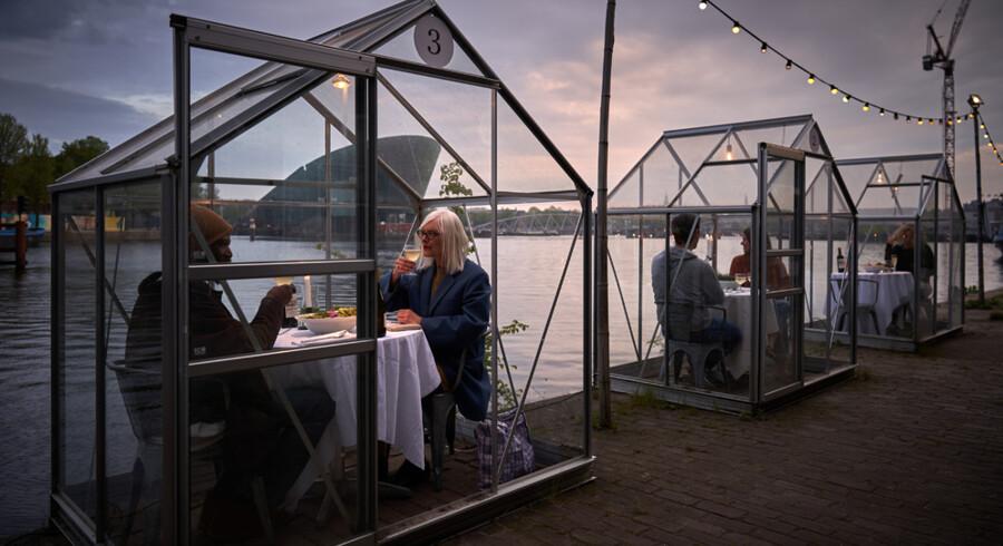 Meyers åbner fra fredag og fire uger frem pop op-restauranter i drivhuse ved Meyers Deli og Skuespilhuset. På billedet ses projektet Serres Séparées i Amsterdam. Foto: Willem Velthoven, bragt med tilladelse fra Mediamatic.