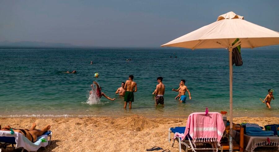 Grækerne har taget hul på strandglæderne, men nu vil landet gerne have europæiske turister til at tage sydpå igen.