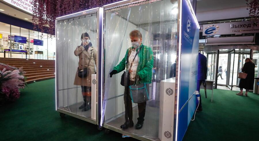 I Moskva fik butikker og restauranter lov at åbne 1. juni under en lang række forholdsregler. Her er det indkøbscentret Evropejskij, hvor alle kunder skal igennem en desinfektionskabine for at komme ind.