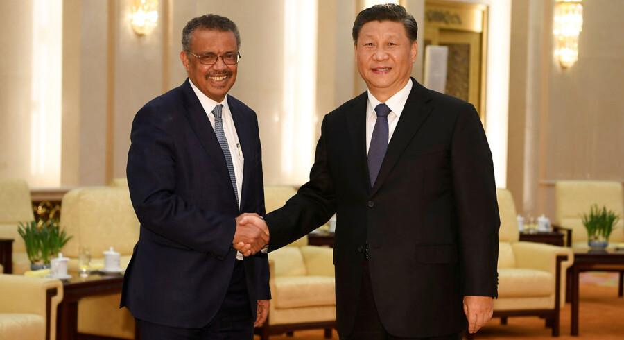 Tedros Adhanom, generalsekretær for WHO, trykker hænder med Xi Jinping før deres møde i Beijing 28. januar i år.