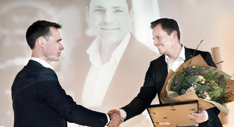 Årets CMO 2016 er Tore Pein Jensen fra Momondo, der her har fået prisen overrakt af Berlingskes salgs- og marketingdirektør, Jens B. Arnesen. Efter overrækkelsen blev prismodtageren overrasket af medarbejdere fra Momondo. Foto: Linda Kastrup