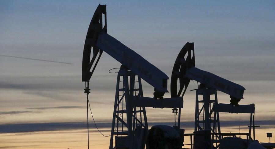 Arkivfoto. Priserne på både olie og guld tager et hop mandag morgen, drevet op af løfter om fortsat OPEC-samarbejde og valgafgørelsen i Frankrig, der faldt ud til Emmanuel Macrons fordel.