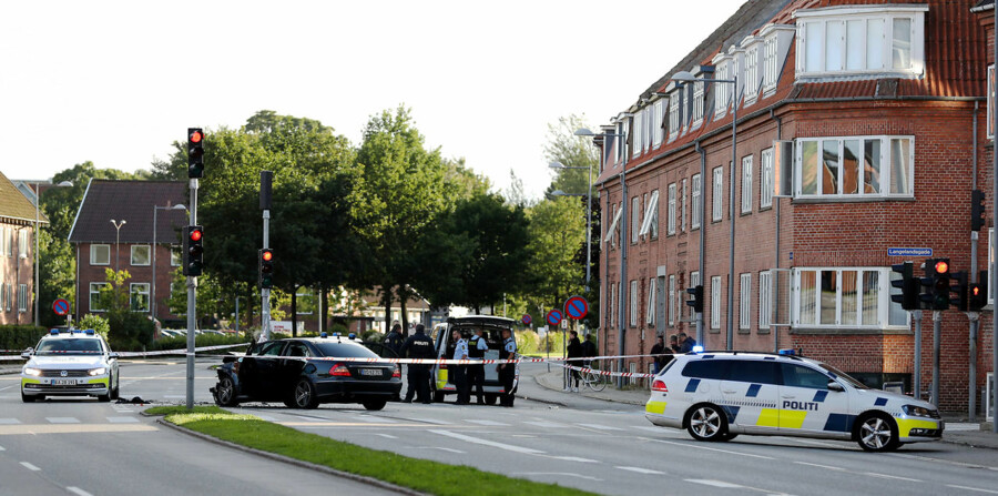 Nordjyske skriver at politi iklædt skudsikre veste lørdag d. 5. august 2017 rykkede til krydset Østre Alle og Langelandsgade i Aalborg ved 18.30-tiden. Her var der sket en påkørsel, som involverede tre biler.De foreløbige meldinger går på, at påkørslen er sket bevidst. Desuden er der meldinger om, at der skulle være foregået et knivstikkeri, og at vedkommende er afgået ved døden.. (Foto: Rasmus Skaftved/Scanpix 2017)