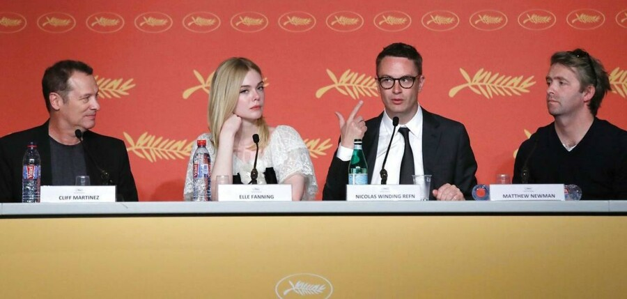 Nicolas Winding Refn sammen med Cliff Martinez, Elle Fanning og Matthew Newman under pressemødet i Cannes.