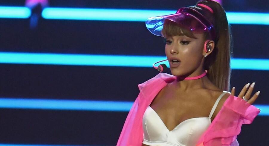 Sangerinden Ariana Grande skriver på Twitter, at hun er knust efter at mindst 19 mennesker blev dræbt efter hendes koncert i Manchester mandag aften. Her er hun fotograferet på scenen i New York sidste år. Scanpix/Jewel Samad