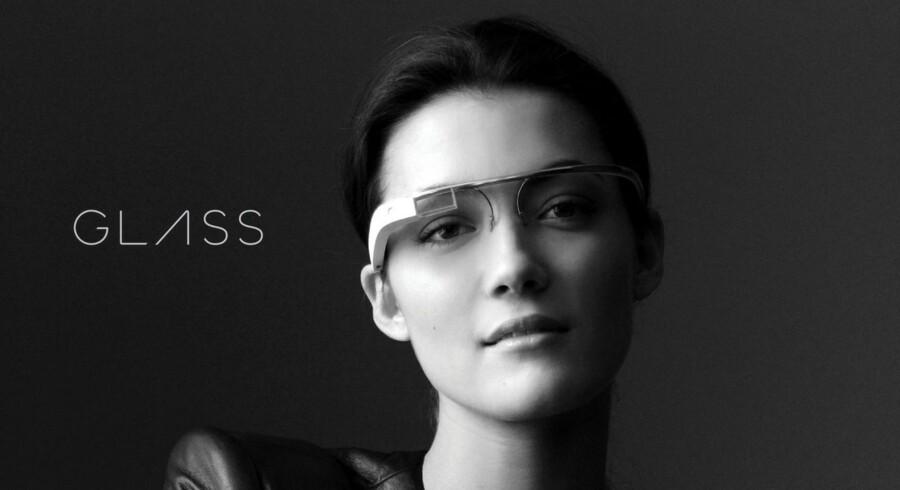 GOOGLE GLASS: Fremtidens briller med alt det, en smartphone kan, direkte i dit synsfelt. Googles nyeste påfund, Glass, er ?endnu ikke kommet på?markedet, men hypen er udtalt – det er kritikken også. Vil brillen virke socialt forstyrende, eller vil gevinsten ved at være konstant opdateret uden at tage smartphonen op af lommen være for stor?