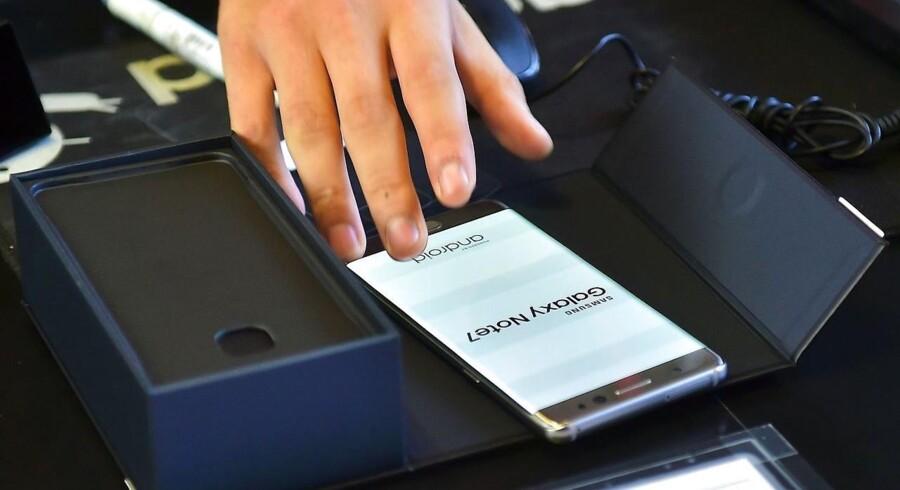 Samsung gør nu klar til at genåbne salget af sin toptelefon Galaxy Note 7, som fik svære skrammer - og mere til - i sit image, efter at rapporter om eksploderende og overophedede batterier begyndte at vælte ind. Nu er batteriet blevet helt udskiftet. Arkivfoto: Jung Yeon-Je, AFP/Scanpix