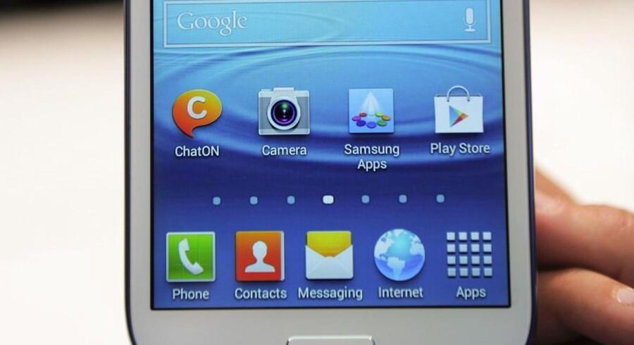 Googles kontrol over Android-mobilstyresystemet er så stor, at det skaber problemer for konkurrencen. Selv om Android er gratis at bruge, skal mobilproducenterne nemlig lægge Googles egne applikationer på fremtrædende placeringer på skærmen for at kunne bruge Android, sådan som det ses her på en Samsung-telefon. Arkivfoto: Josep Lago, AFP/Scanpix