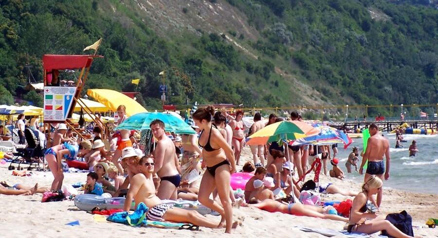 Arkivfoto: Charterturister nyder stranden i Albena ved Sortehavet i Bulgarien, sommer 2005.