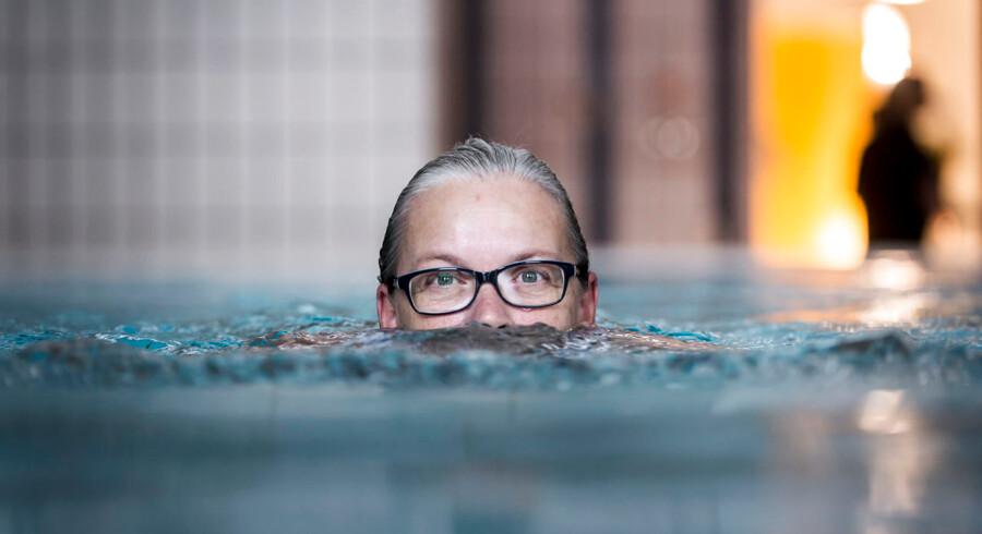 Anne Guldager har været voldsomt plaget af gigt. Men en præcis dosering af medicin og et nøje planlagt motionsprogram med ugentlig svømmetræning har ført til, at hun i dag har overskud til at undervise andre i, hvordan man kan leve med en kronisk sygdom.