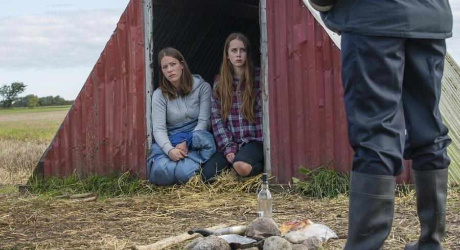 Simone Lykke og Julie Brochorst Andersen som to halvsøstre på flugt i »Hundeliv«. Foto: PR
