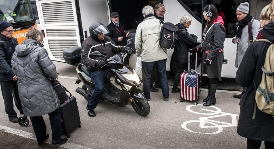 På Ingerslevsgade i København opstår der hver dag problemer med cyklister og knallerter, der skal passere, når passagerne fra de mange busser skal af og på.