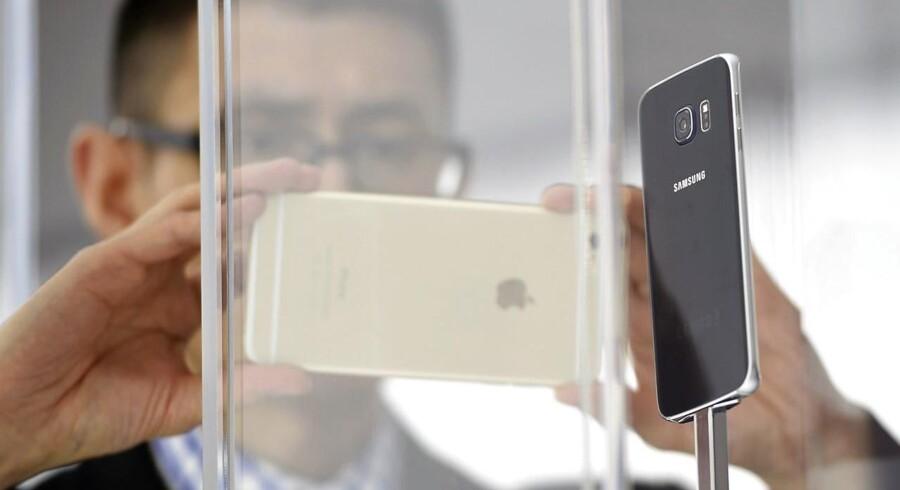 Samsungs nye Galaxy S6, som her bliver fotograferet med en Apple iPhone på Mobile World Congress i Barcelona, skal tilbageerobre smartphonemarkedet til den sydkoreanske elektronikgigant, som nu er blevet overhalet af Apple. Foto: Lluis Gene, AFP/Scanpix