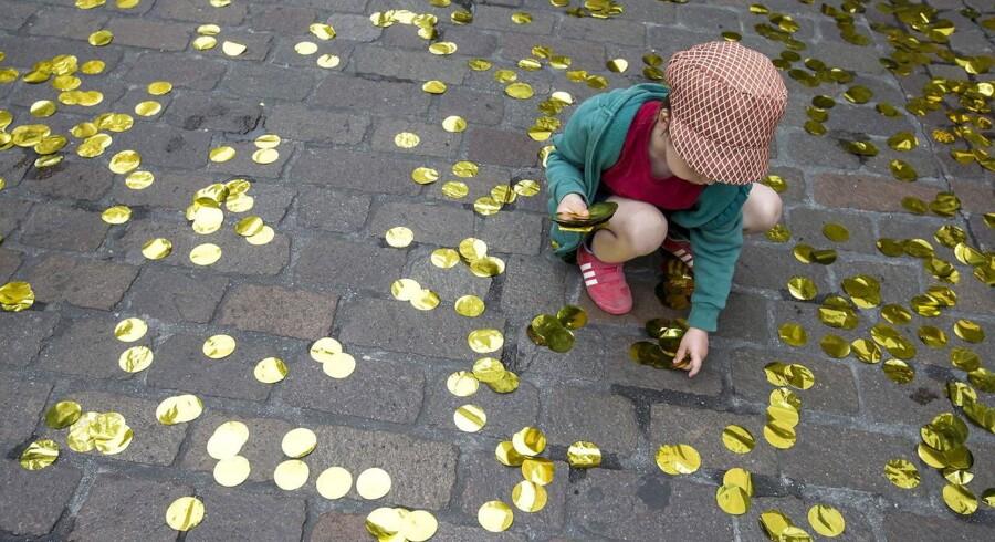 En pige samler konfetti op til et arrangement for »ja« siden af afstemningen om borgerlønnen.