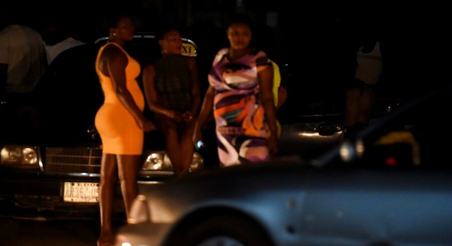 "ARKIVFOTO: Prostitutes stand on the street in Benin City, capital of Edo State, southern Nigeria, on March 29, 2017. In Benin City, Nigeria's capital of illegal migration, no one says the word ""prostitution"". The word on the street for the young girls who leave for Italy or France is ""hustling"". About 37, 500 Nigerians arrived in Italy by boat in 2016, more than from any other African country, and most of them were from the southern city, the capital of Edo state. / AFP PHOTO / PIUS UTOMI EKPEI"
