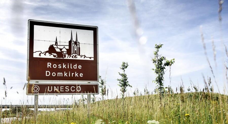 Skilt på Holbækmotorvejen Brunt seværdighedsskilt ved Roskilde der henviser til Roskilde Domkirke.