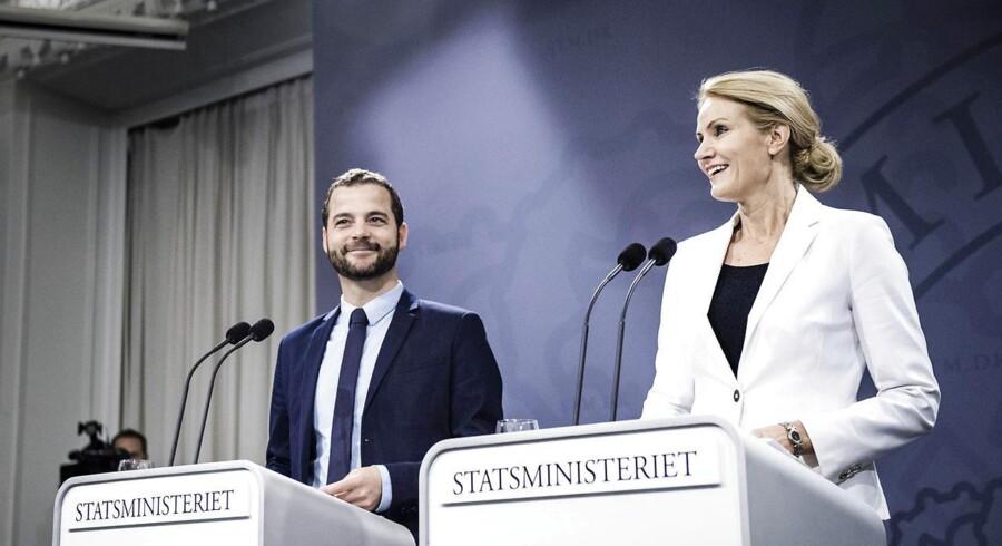 Statsminister Helle Thorning Schmidt og økonomi- og indenrigsminister Morten Østergaard (R) fremlægger oplæg for investeringer i offentlig velfærd.