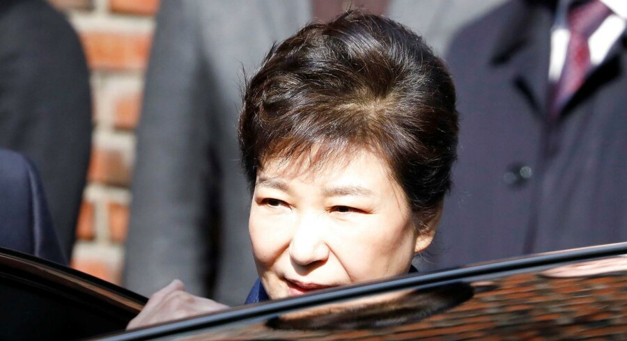 Sydkoreas afsatte leder Park Geun-hye, der forlader sit private hus i Seoul.