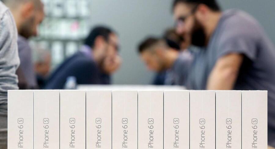 Glansen er ved at gå af iPhone-telefonerne, mener investorer og analytikere, der for første gang forudser tilbagegang i den vigtige julehandel. Arkivfoto: Matteo Bazzi, EPA/Scanpix