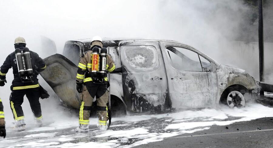 De svenske myndigheder kæmper med at få has på stadig flere bilafbrændninger. Her ses et arkivbillede fra bilafbrændninger i Sverige i 2013.