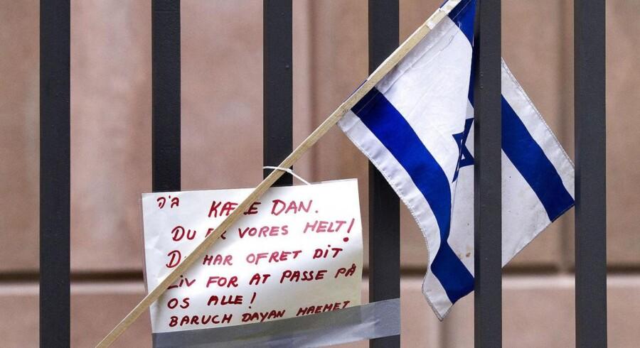 Et israelsk flag og en personlig hilsen foran synagogen mandag 16. februar 2015.