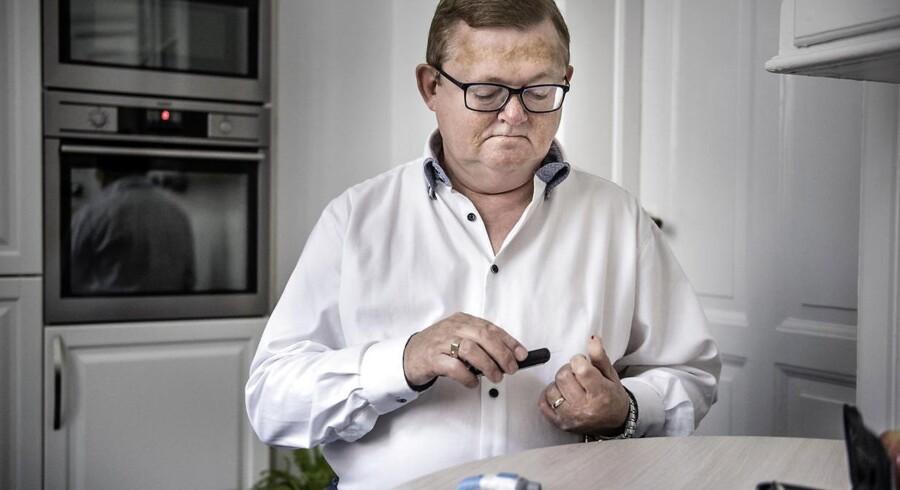 Frits Skov Iversen har diabetes og måler her sit blodsukker