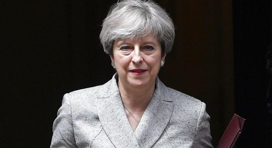 Britisk premierminister Theresa May vil give penge til ofrene for branden i Grenfell Tower, hvor 30 er bekræftet døde.Pengene skal gå til tøj og mad til ofrene. Der har været demonstrationer mod Mays regeringen i kølvandet på branden, blandt andet er Mays stabschef Gavin Barwell blevet beskyldt for at have syltet at handle på advarsler om bygningens dårlige stand, da han var boligminister.