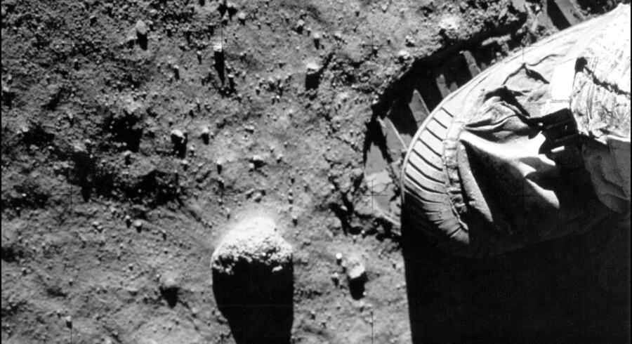 Amerikanske planetforskere i månesten har fundet bittesmå kemiske spor, der peger i retning af, at der i Månen er rester af et fremmed himmellegeme.