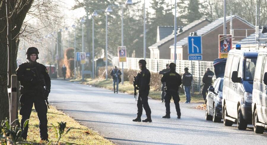 Politiets Aktionsstyrke rykkede ud, da en politimand tirsdag morgen blev skudt ved Albertslund politistation. Politimanden var på vej på arbejde da skuddet faldt.