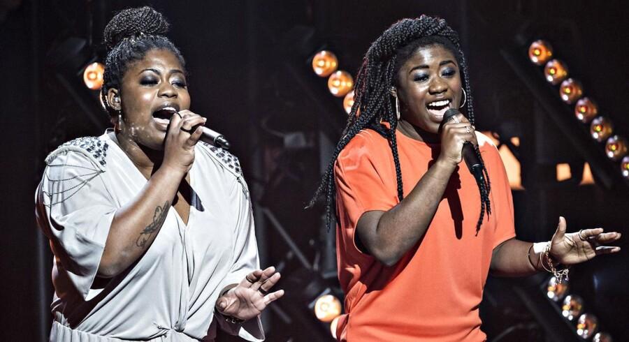 Fredag aftens finalevinder i årets X Factor, duoen Embrace, tester stemmerne af forud for showet.