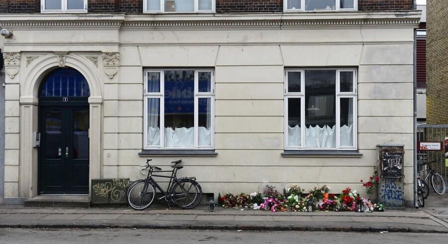 Der blev mandag lagt blomster uden for den formodede gerningsmands hjem på Svanevej i Nordvest.