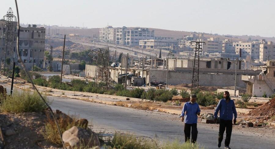 Her ses den syriske by Aleppo, som FN havde håbet på, at 40 lastbiler læsset med fødevarer kunne være nået frem til. Men fredag står lastbilerne stille.