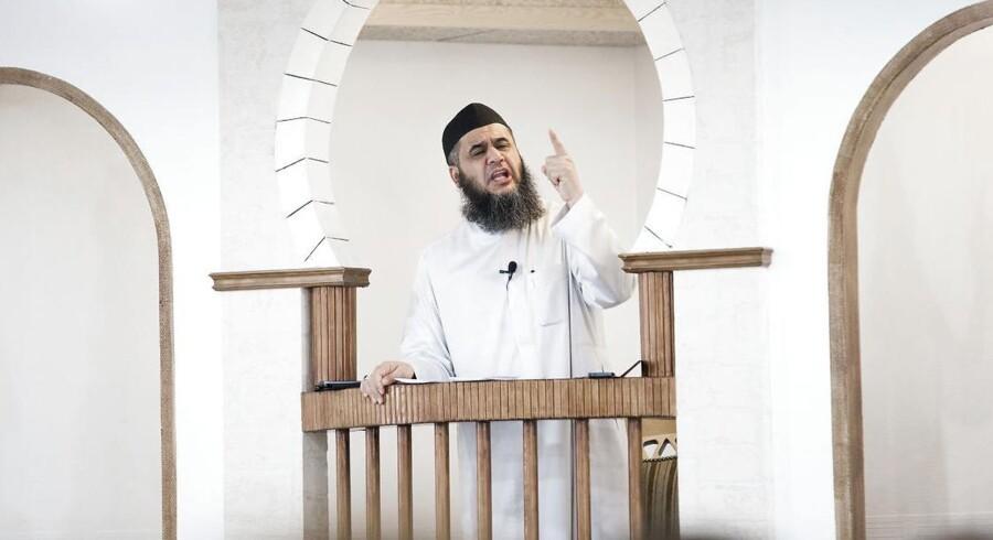 ARKIVFOTO 2014 af Imam Abu Bilal under fredagsbøn i Moskéen på Grimhøjvej i Aarhus.