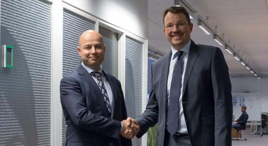 Martin Rahbek fra Moranti (til venstre) har købt callcenteret LN Eurocom af Nordjyske Mediers bestyrelsesformand Claus Falk (til højre). Foto: Moranti