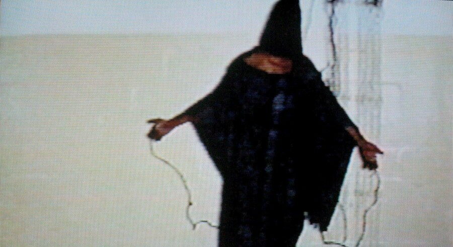 Et billede på mishandlingen af USAs fanger i Abu Ghraib-fængslet i Bagdad under krigen i Irak: Fangen står angiveligt på en kasse, hans hoved er dækket af en hætte, og der er sat elektriske ledninger fast på hans hænder. Billedet blev første gang vist på CBS-programmet »Sixty Minutes II« i april 2004. Adskillige amerikanske soldater fik påtaler, og daværende præsident George W. Bush sagde i maj samme år i et interview, at »det, der skete i det fængsel, repræsenterer ikke det Amerika, som jeg kender«. Nu viser en ny rapport om CIAs forhørsmetoder, at torturen var omend værre, end nogen forestillede sig. Foto: EPA/DSK