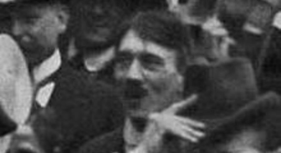 Billedet fra 1914, hvor Hitler har sit karakteristiske overskæg. Et falsum, mener flere.