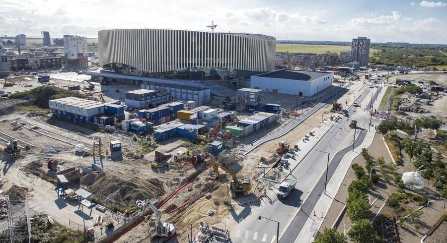 Hovedstadens nye multiarena var meget længe undervejs, men nu tager milliardprojektet i Ørestad – og virksomhederne vil også være med. Arenaen ligger i et nyt boligkvarter under udvikling midt i Ørestad på Amager lige syd for motorvejen og med Ørestad Metro, indkøbscentret Fields og hoteller i nærheden. Der er bygget en skøjtehal ved siden af arenaen.