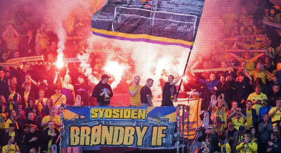 Arkivfoto: Brøndby fans tænder romerlys inden Superligakampen mellem Brøndby IF og Aab, søndag den 17. september 2017.. (Foto: Claus Bech/Scanpix 2017)