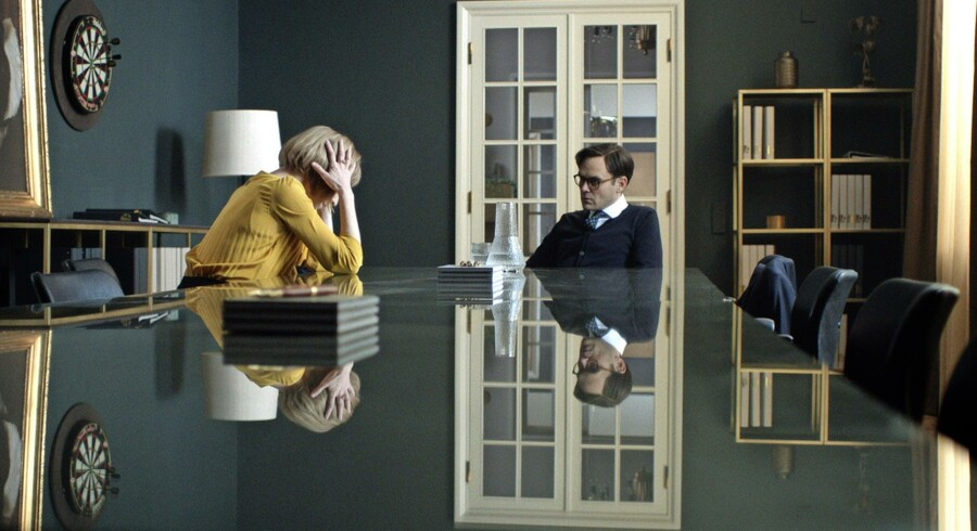 Sonja Richter og David Dencik som alvorstynget bankpar. Er de overhovedet levende mennesker? Foto: Lars Reinholdt.