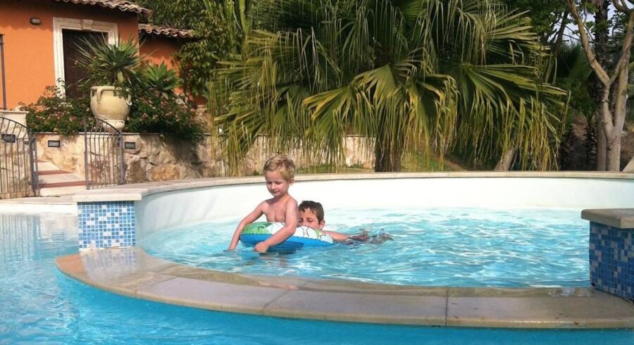 Vi bor på Tenuta di Roccadia i ti dage, skiftevis daser ved poolen og tager på udflugter i området.