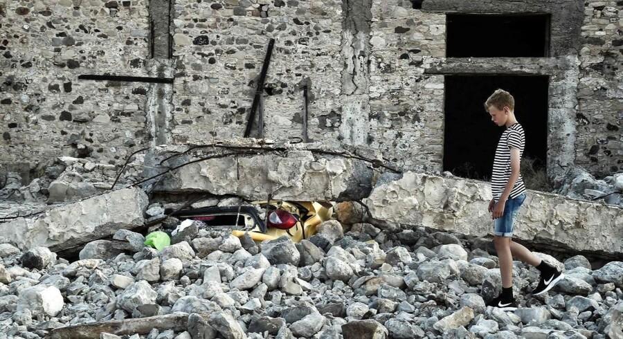 Området omkring Bodrum blev også i Juli ramt af et jordskælv, der på den græske ø Kos kostede to mennesker livet. Her en dreng i ruinerne på Kos den 21. Juli.