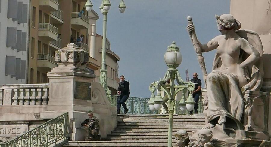 Franske specialestyrker foran Saint-Charles-stationen i Marseille kort efter angrebet den 1. oktober.