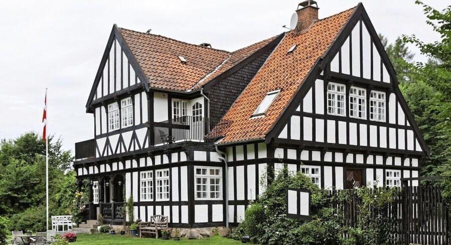 Alt bindingsværk på det gamle hus er i sin tid hugget til i hånden med økse. Huset er hvidkalket med tjæret bindingsværk og tegltag.