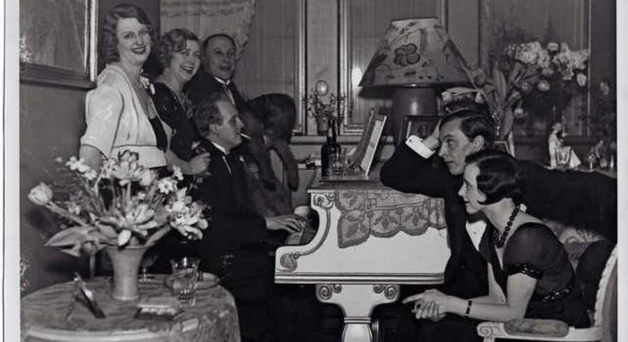 Kai Normann Andersen ved flyglet, bag ved ham Ellen Gottschalch og Hans W. Petersen. Foto fra 1932.
