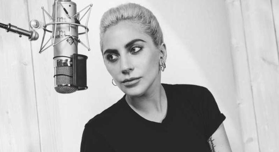 På sit femte album dropper Lady Gaga dropper i stor udstrækning den euro-trashy dance-pop, som hun brød igennem med.
