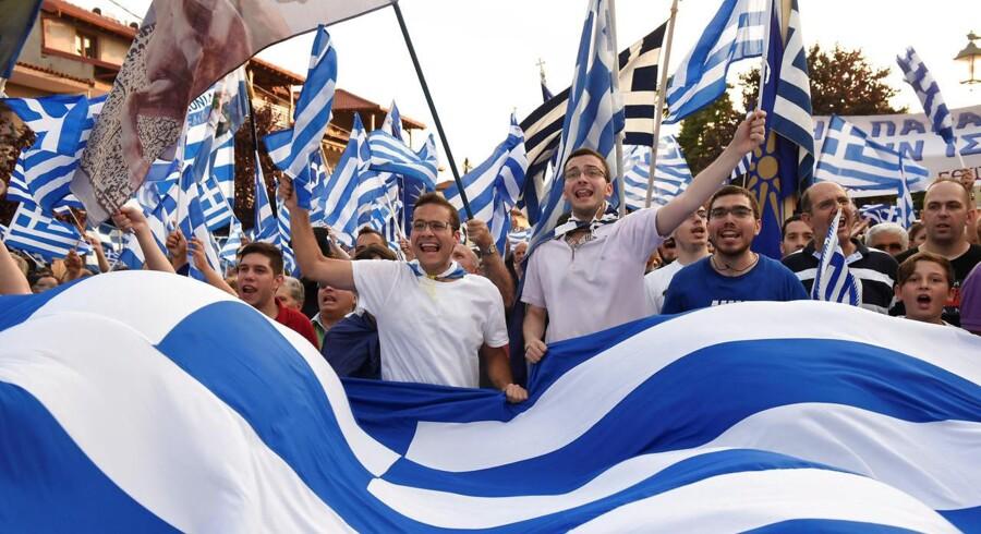 Protestanter flager med græske flag under en demonstration 6. juni 2018.