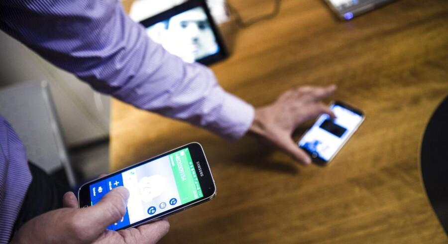 Ved at kombinere mobilfrekvenserne i masterne, bliver der mere plads til at få data hurtigere frem. Og når mobiltalen snart også kan omdannes til data, ligesom når man bruger Skype, kan de hurtige 4G-mobilnet bruges til langt mere. F.eks. kan en mobiltelefon dele sin mobildataforbindelse, så man selv kan tale - og undervejs skifte til videosamtale -, mens en anden i familien ser TV eller Netflix på tavle-PCen, og en tredje surfer på nettet eller ser YouTube-videoer, vel at mærke gennem den første mobiltelefons delte forbindelse, og uden at noget af det hakker på grund af overbelastning. Foto: Simon Læssøe, Scanpix