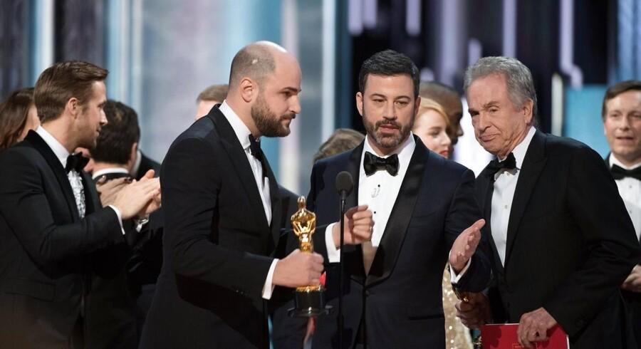 Oscar-vært, Jimmy Kimmel, forsøger at forklare, hvad der er sket efter, at La La Land fejlagtigt blev udråbt til vinder af bedste film.