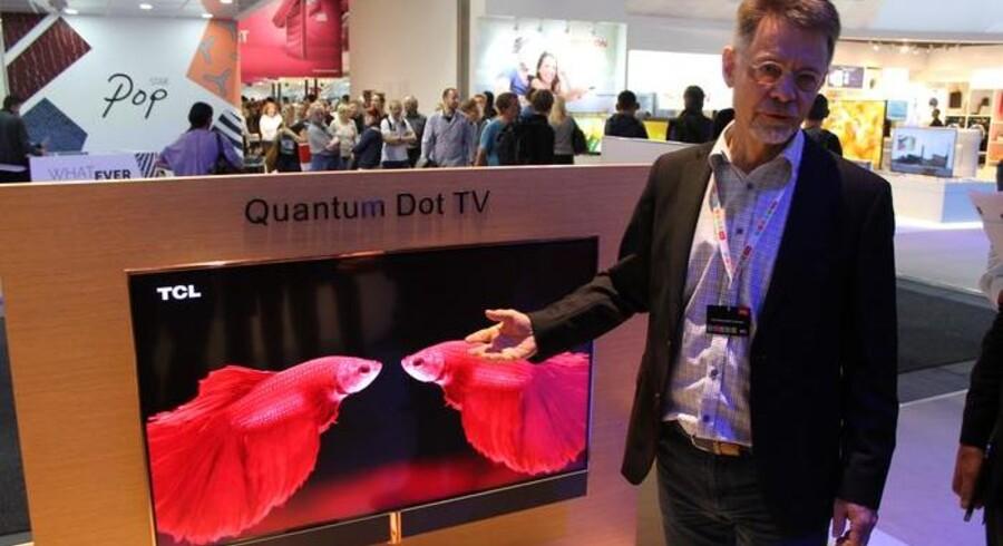 Flemming Møller Pedersen, som tidligere var hos B&O, er nu chefdesigner hos en af verdens største TV-producenter, kinesiske TCL, hvor han eksperimenterer med nye muligheder - her et fladskærmsfjernsyn med ramme i skinnende kobber. Foto: Thomas Breinstrup