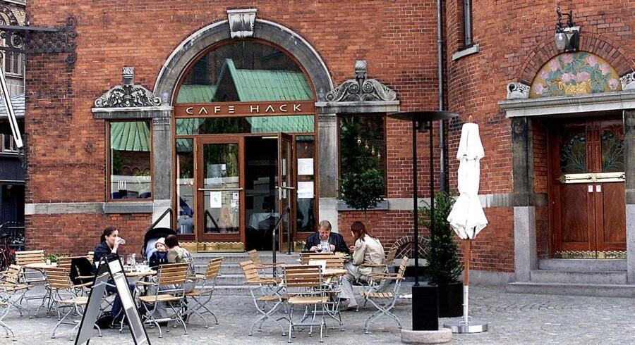 Det er kun radioprogrammet 'Café Hack', der lukker. Ikke selve restauranten i Aarhus.